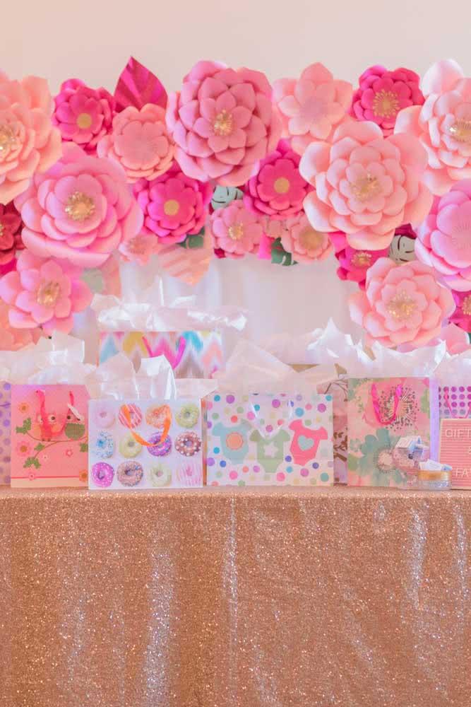Uma decoração leve e descontraída com as flores de papel gigantes