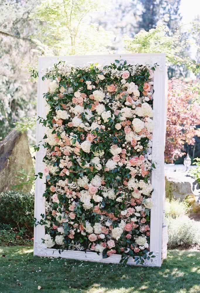 Painel de flores com moldura de madeira: o local perfeito para fazer as fotos da festa