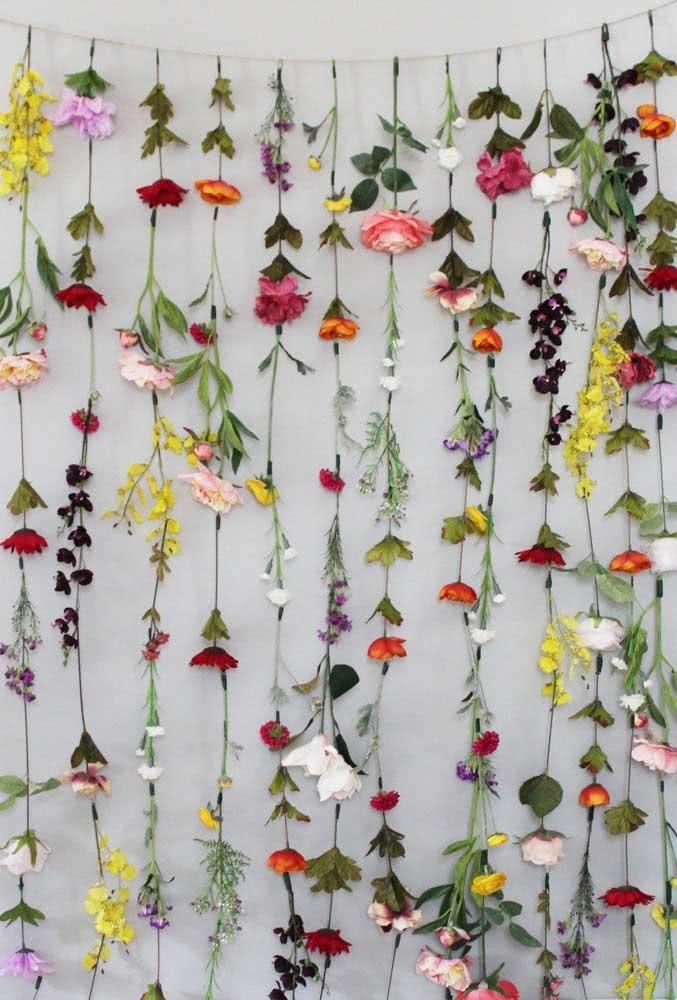 Cortina de flores: outra ótima ideia de painel para usar na mesa do bolo ou junto do altar