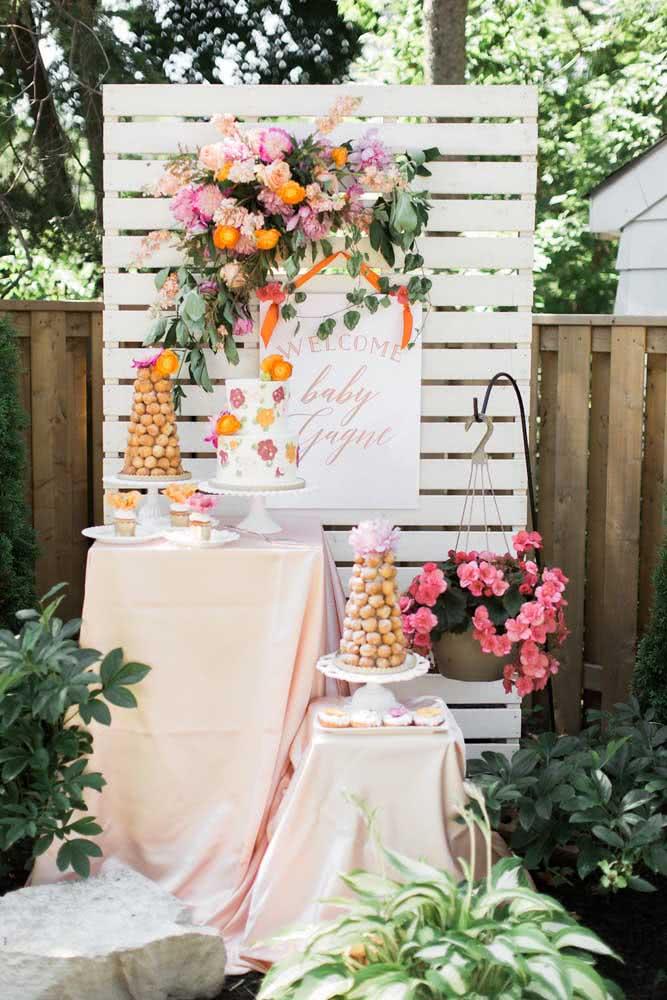 Quer economizar na decoração da festa? Aposte em um painel de flores feito com pallet