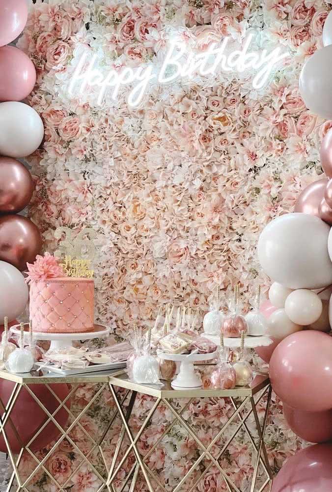 Painel de flores para aniversário complementado pelo letreiro luminoso e os balões na lateral