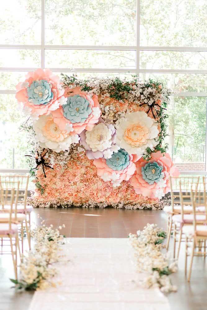 Flores gigantes de papel dividem espaço com as flores naturais nesse painel de casamento