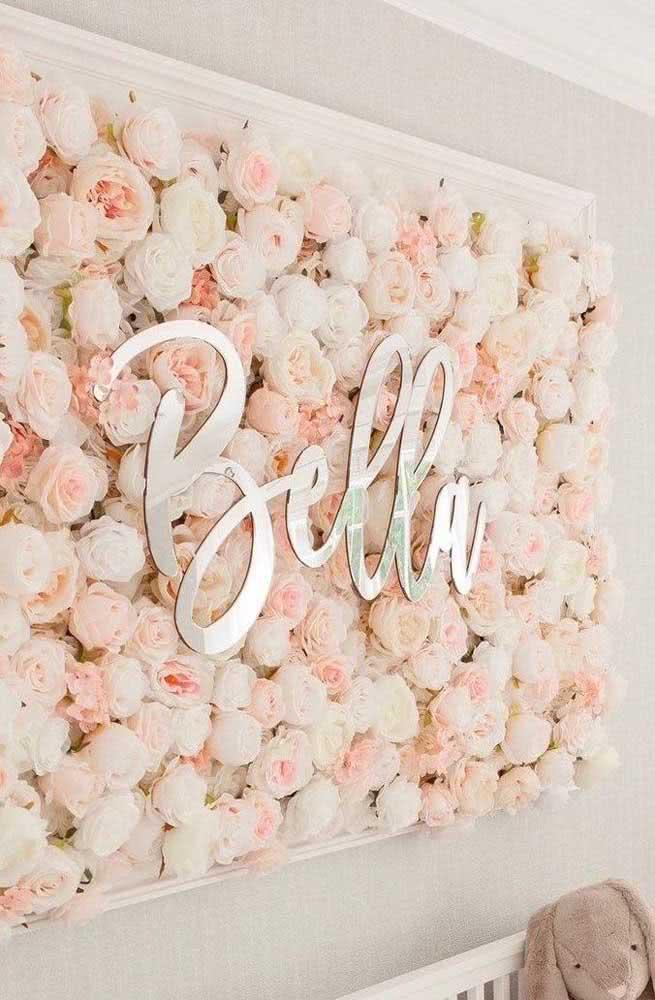 Já pensou em decorar o quarto infantil com um painel de flores? Aproveite para personalizar com o nome da criança