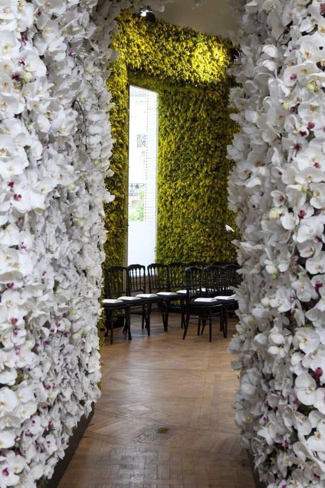 Painel de orquídeas no corredor da recepção da festa! Tem como ser mais elegante que isso?