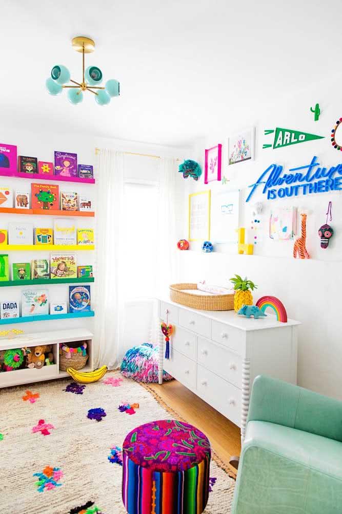 Os livros no quarto infantil servem tanto para decorar, quanto para incentivar a leitura dos pequenos