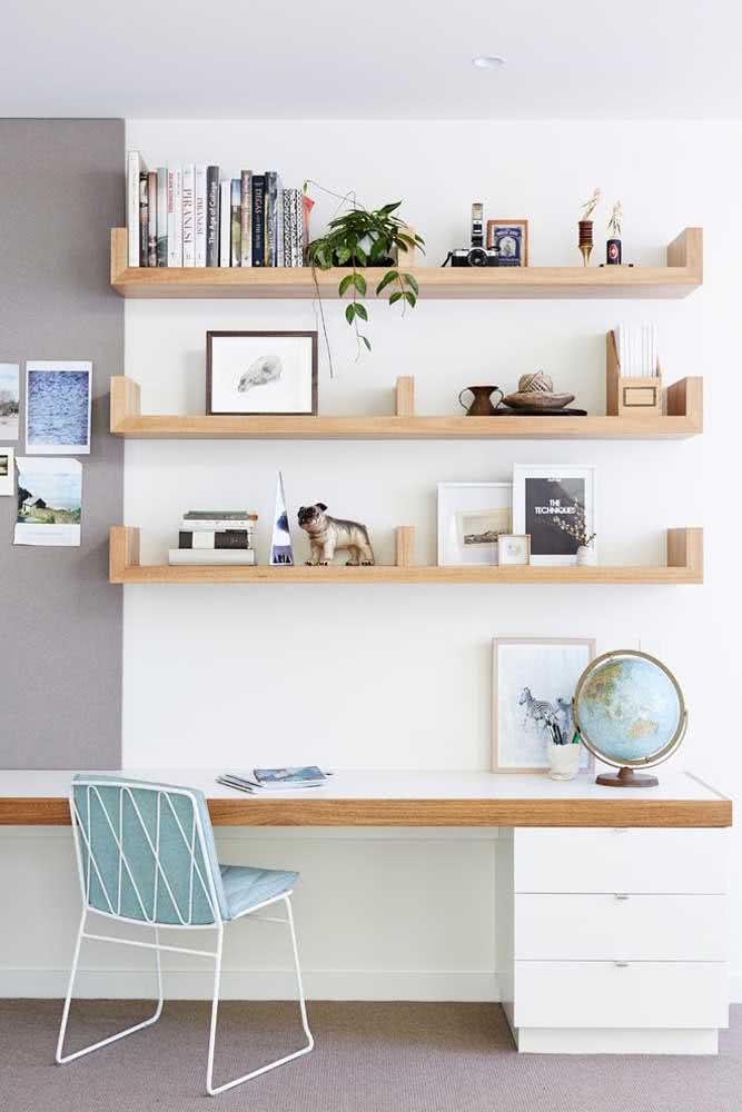 Organização clássica de livros no home office