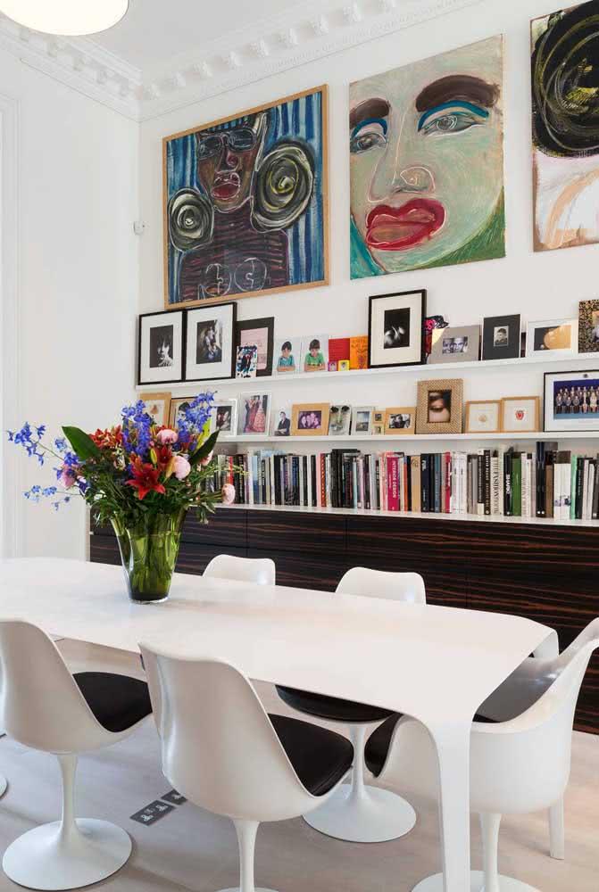 A sala de jantar também tem espaço para livros!