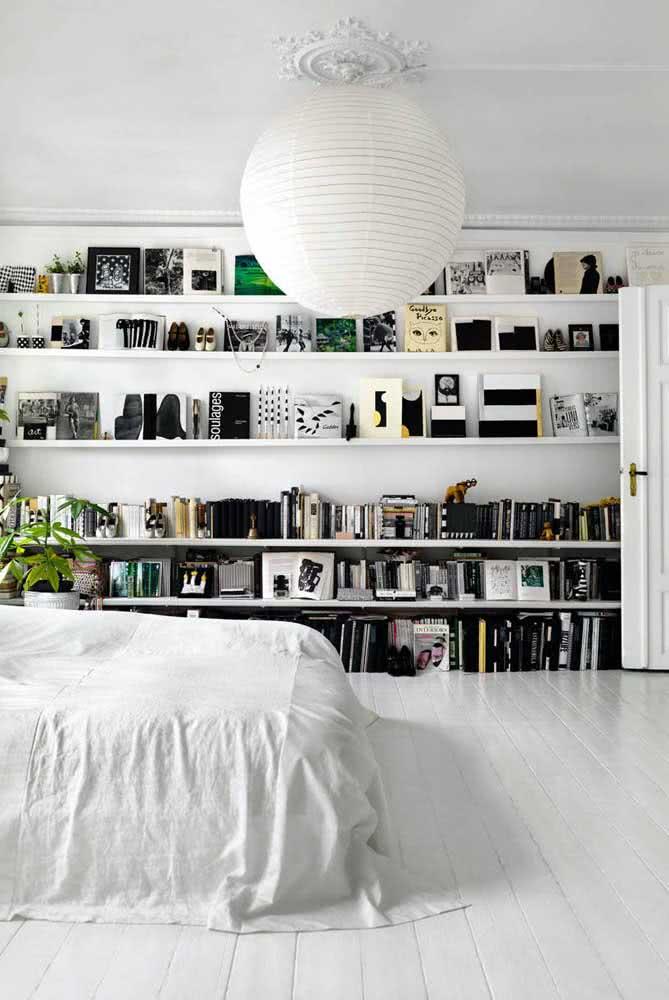Livros com capas em preto e branco para seguir a proposta de decoração do quarto