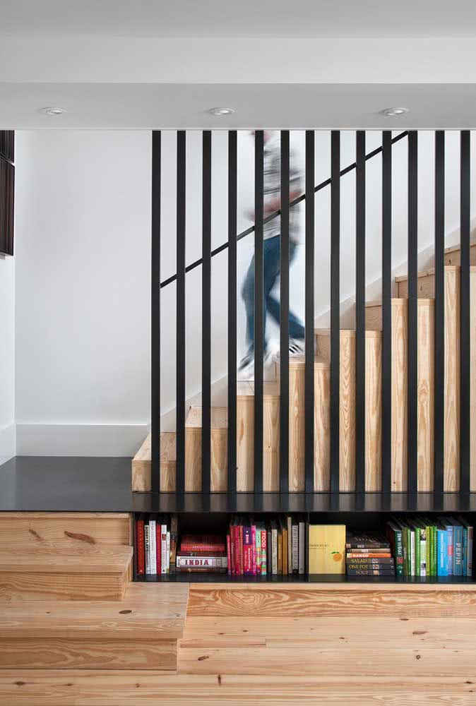 Aquele espaço embaixo da escada pode ser o abrigo perfeito para os seus livros