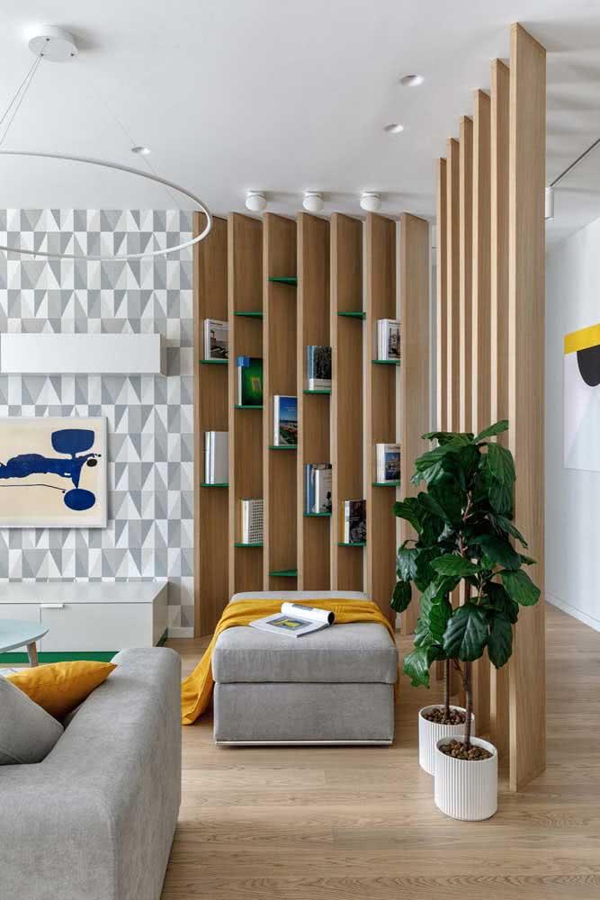 A divisória de ambientes pode servir como estante para os livros