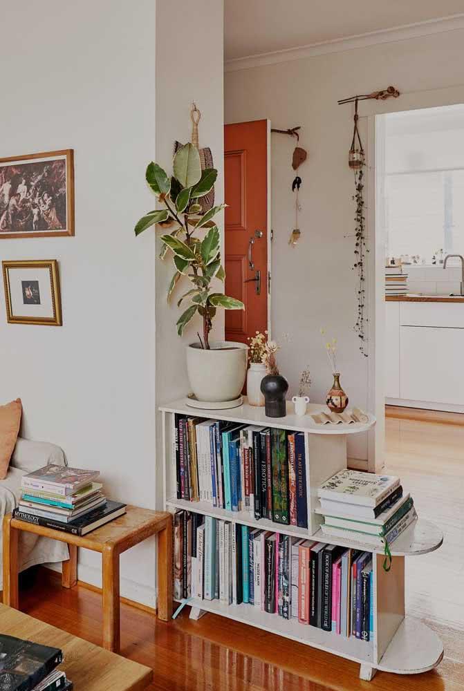 Que tal usar livros para fazer a divisão de ambientes da casa?