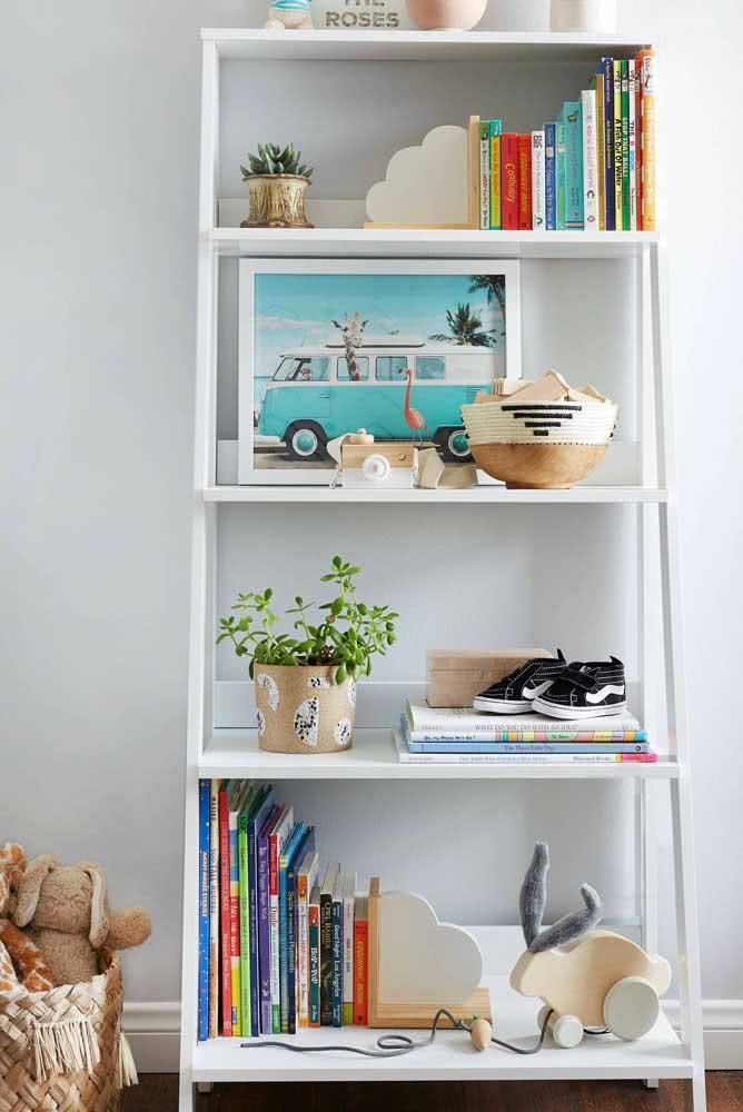 Coloridos e de tamanhos variados, essa decoração com livros é moderna e descontraída