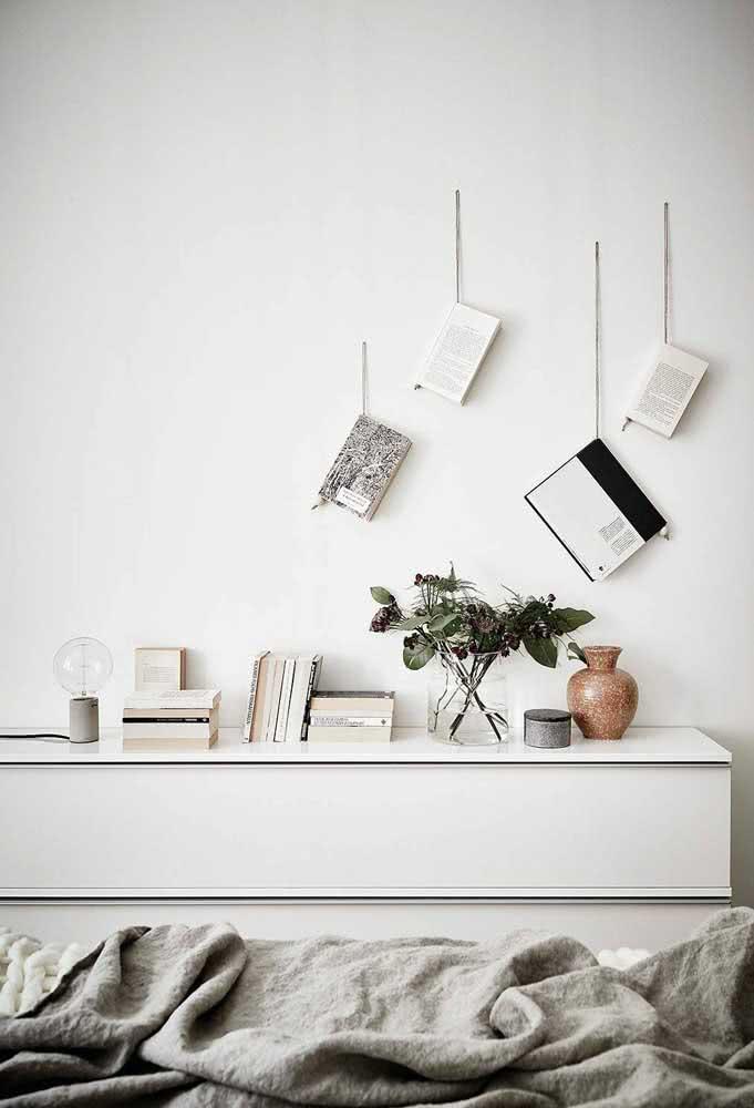 Já os livros mais velhos podem ser usados de modo livre e criativo na decoração