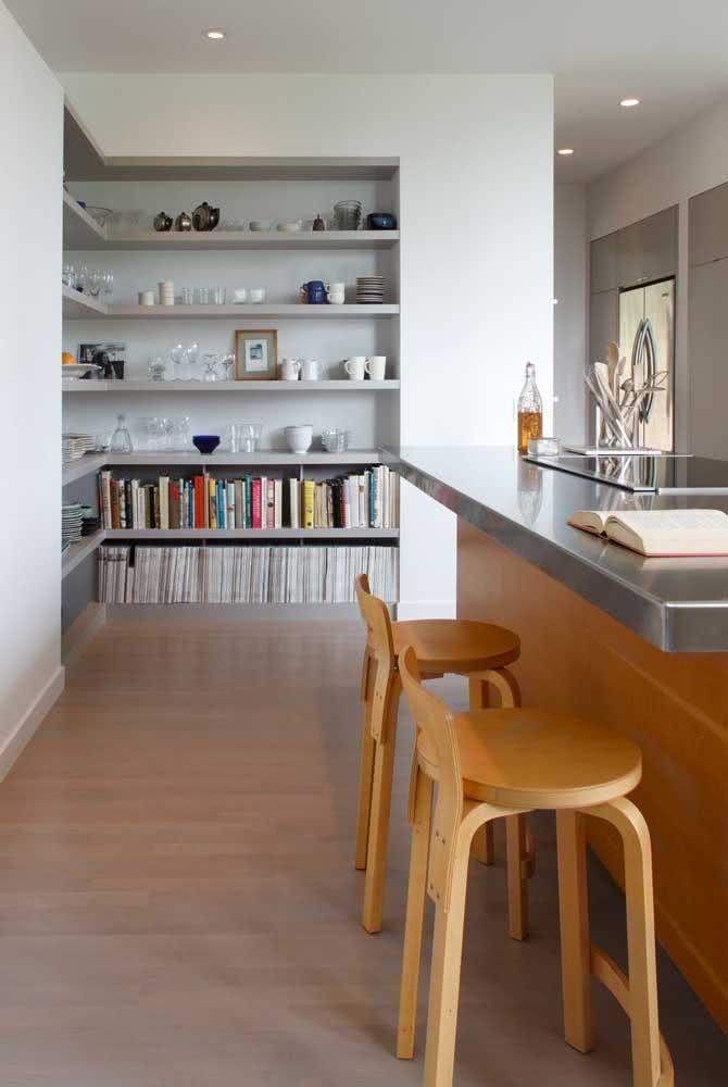 Livros na decoração da cozinha: agrupamento por cores e tamanhos similares