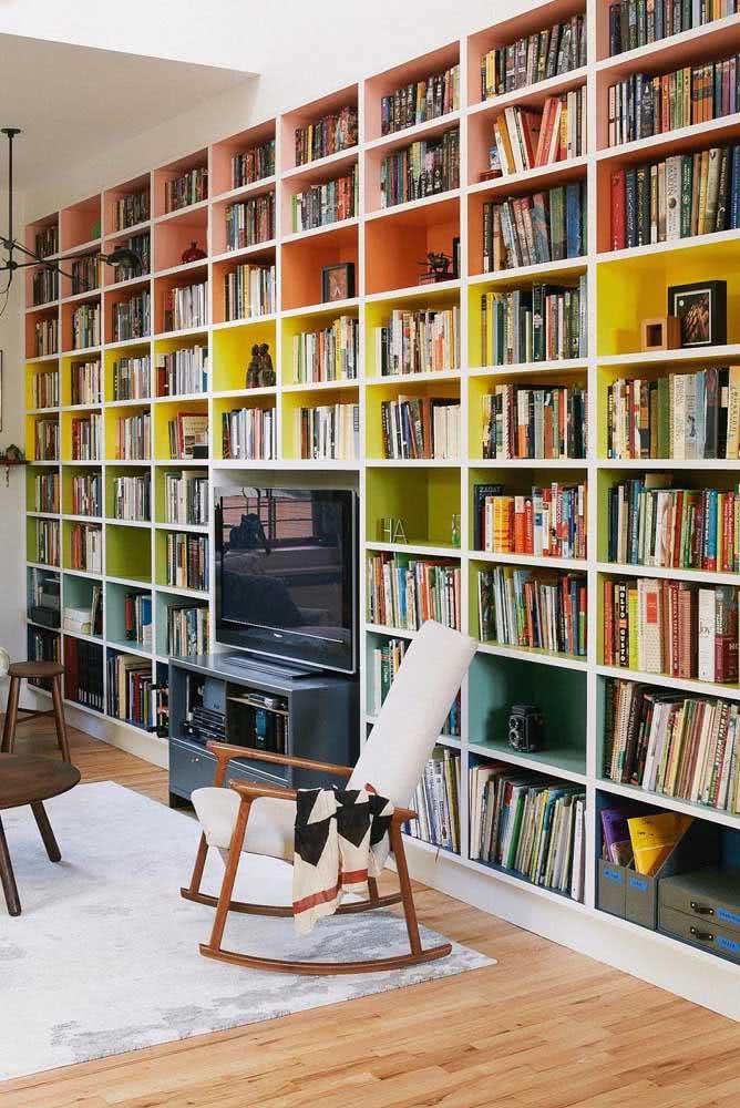 Já aqui, a ideia foi usar nichos coloridos para receber os livros