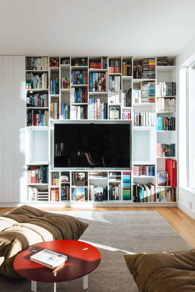 Um painel de livros ao redor da TV