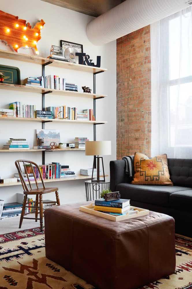 Livros na vertical e na horizontal intercalados por outros objetos decorativos
