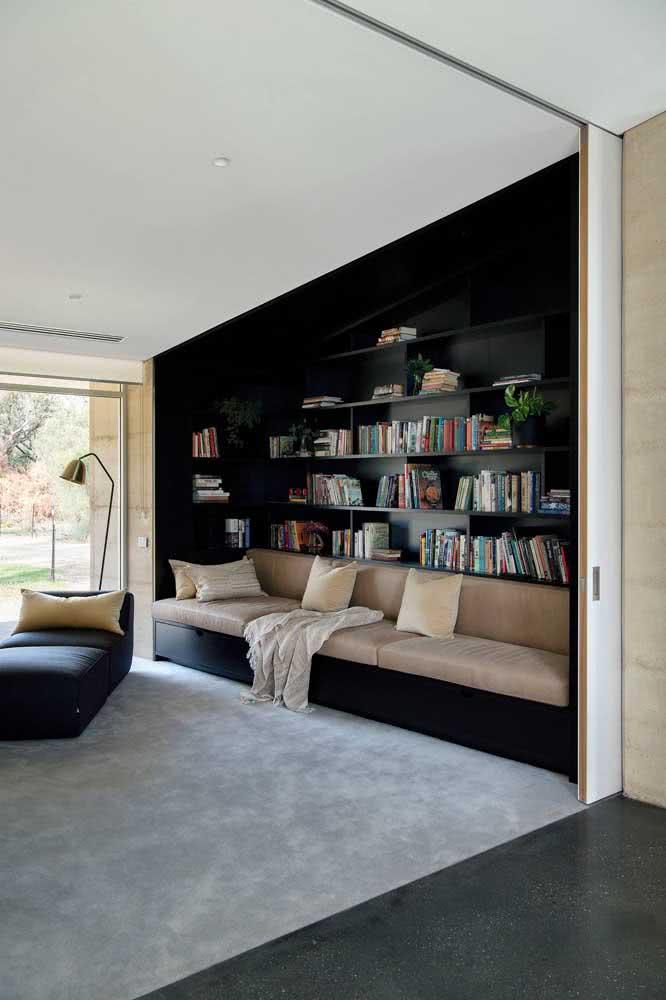 O fundo preto conferiu ainda mais destaque para os livros na decoração