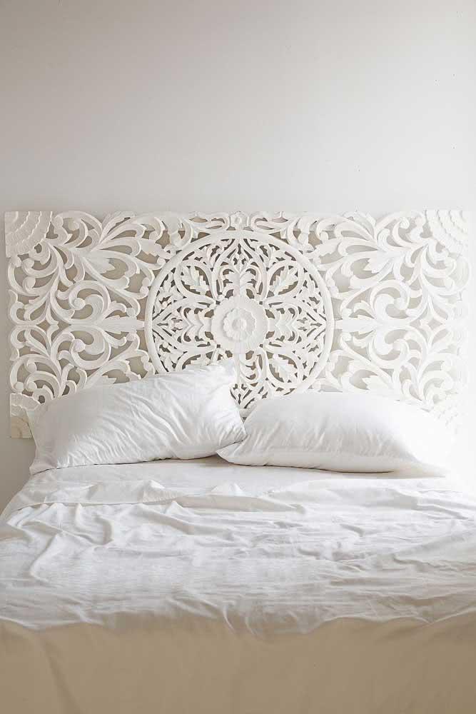 Ideia criativa com a placa de gesso 3D. Aqui, ela foi utilizada no lugar da cabeceira de cama tradicional