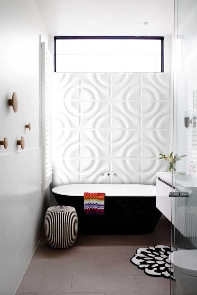 O destaque aqui vai para a parede de gesso 3D emoldurando a banheira