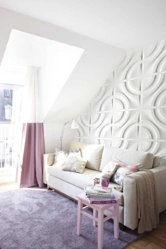 Nessa sala de estar, a placa de gesso 3D acompanha o formato diferenciado da parede