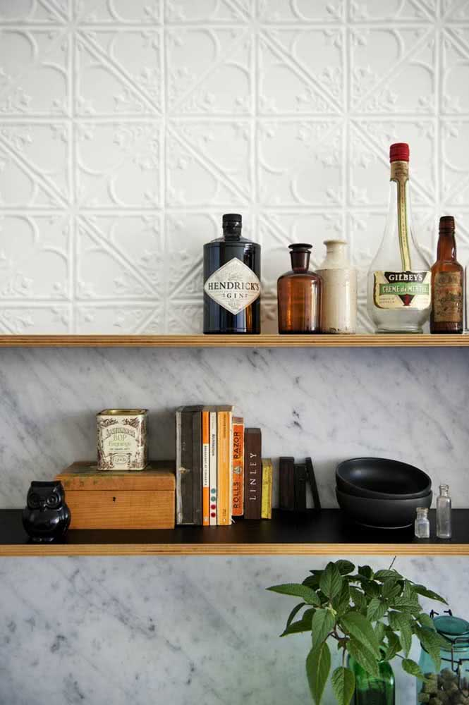 Mármore e placas de gesso 3D compartilham a mesma parede nessa cozinha