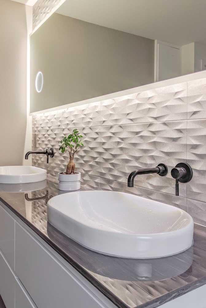 Espelho e placas de gesso 3D para a parede principal do lavabo