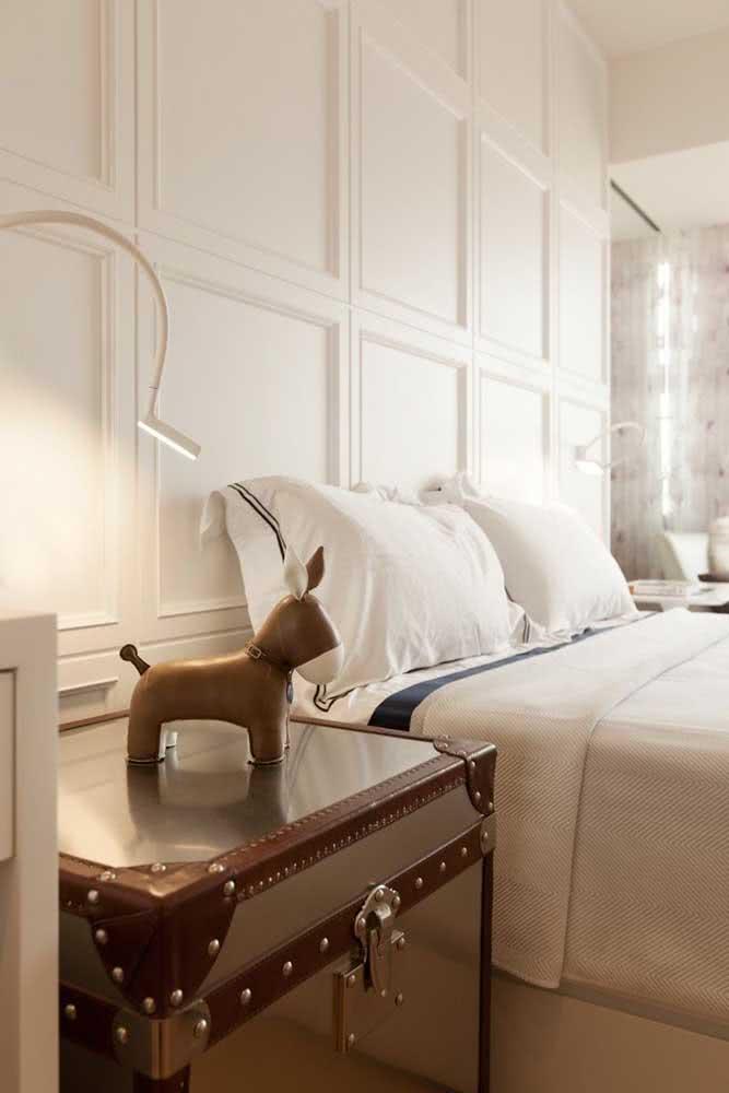 Placas de gesso similares a molduras garantem um efeito clássico e elegante para o quarto