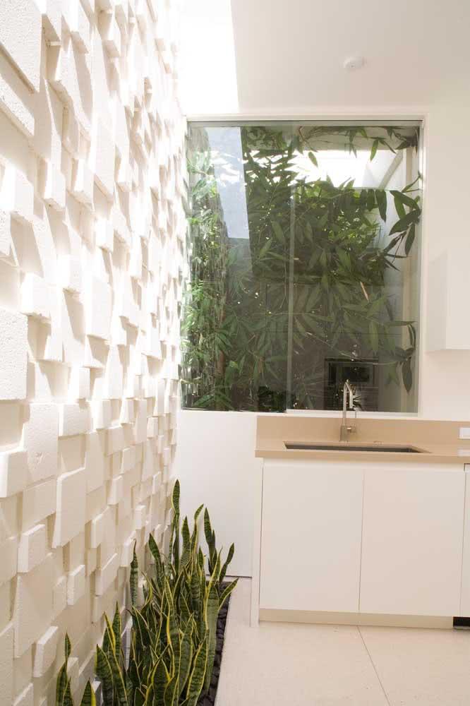 Placas de gesso 3D destacadas pela iluminação natural