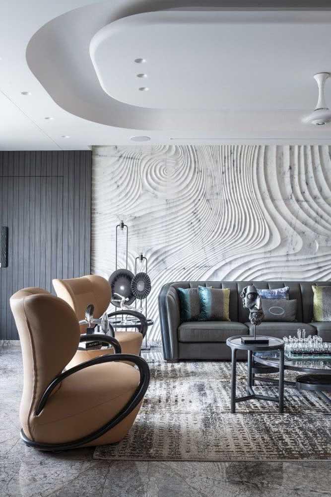 As formas orgânicas trazem movimento e leveza para a decoração da sala de estar