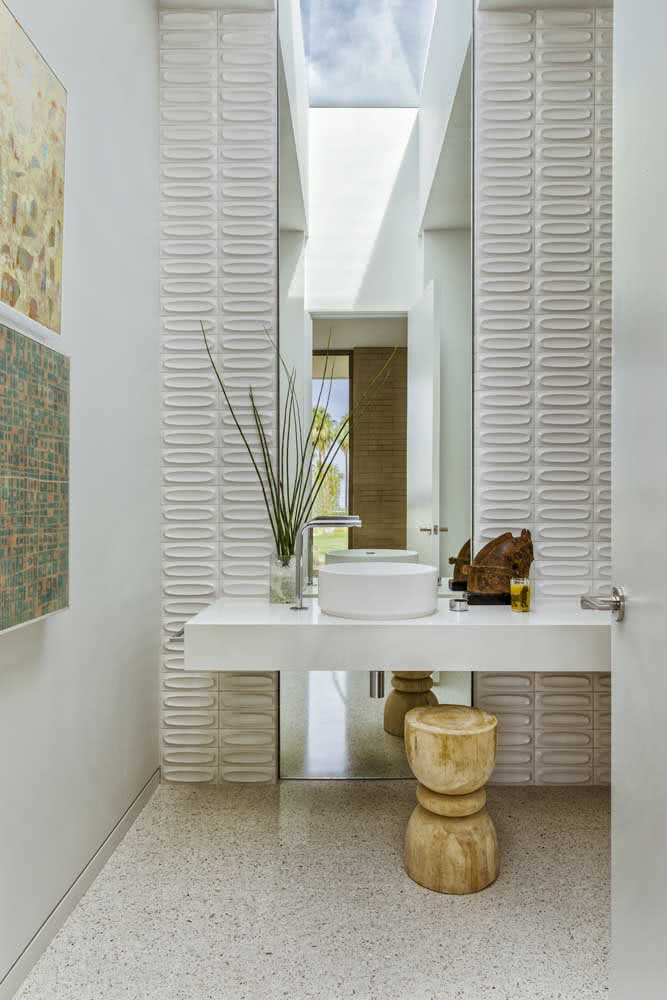 Placas de gesso 3D destacando a altura do pé direito do lavabo
