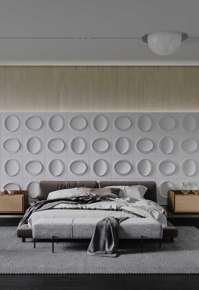 Painel de madeira e placas de gesso combinados na mesma parede
