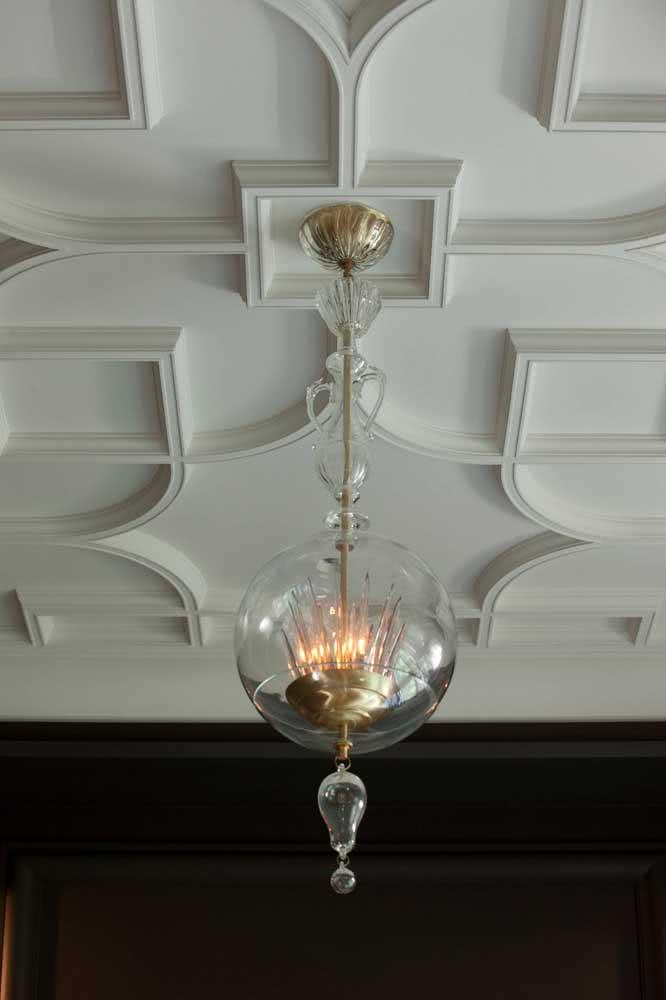 Decoração clássica com placas de gesso 3D no teto