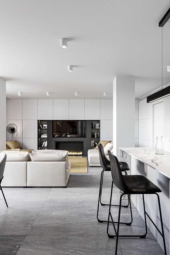 As cores claras e neutras reforçam o conceito minimalista