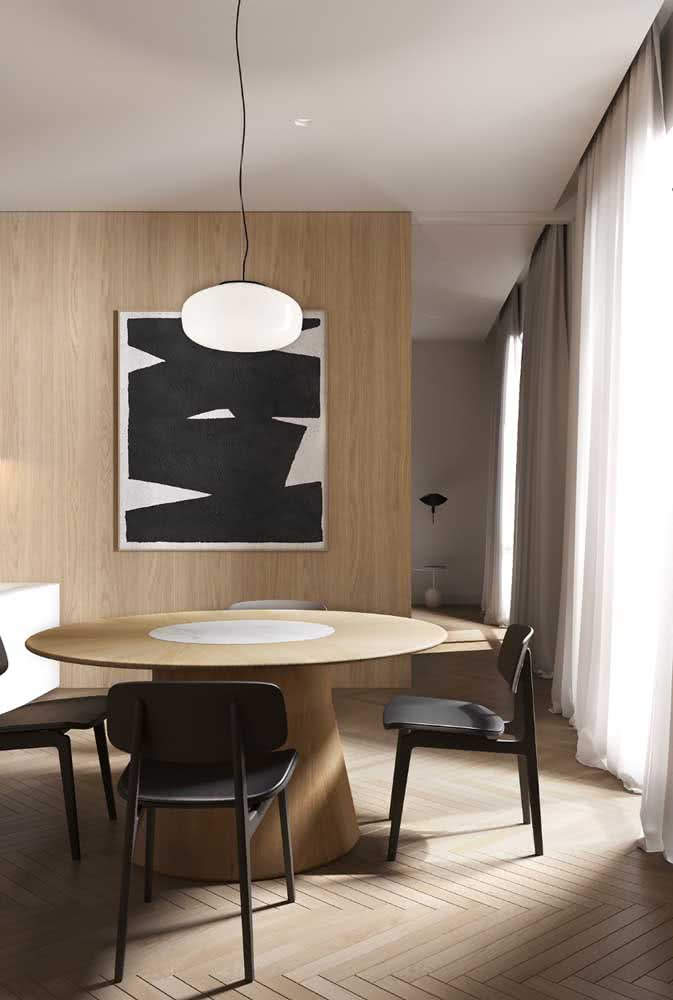 A madeira traz conforto para a sala de jantar minimalista