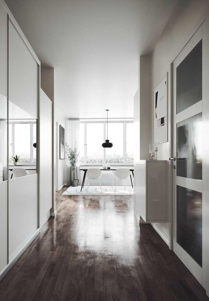 O piso de madeira se destaca na decoração minimalista