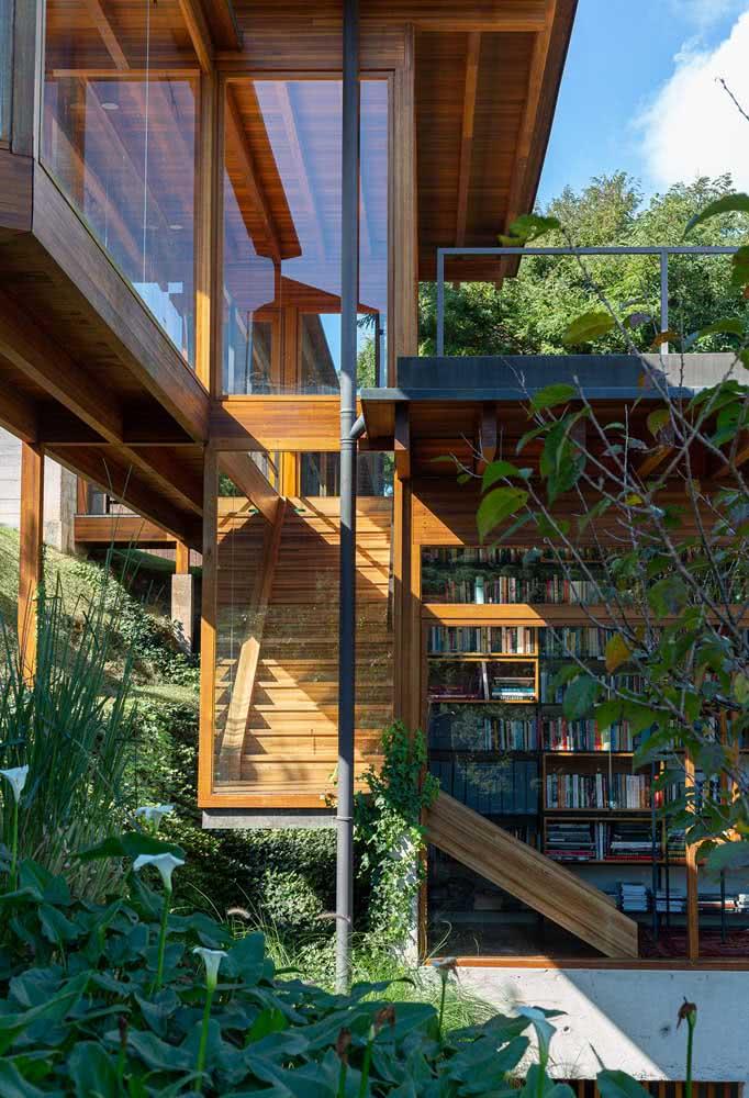 Casa por fora integrada à natureza com um conceito moderno e sustentável de iluminação
