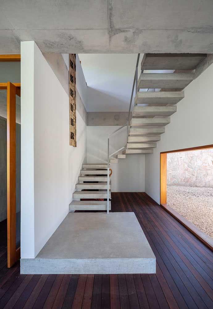 Minimalismo e materiais modernos no projeto da casa por dentro