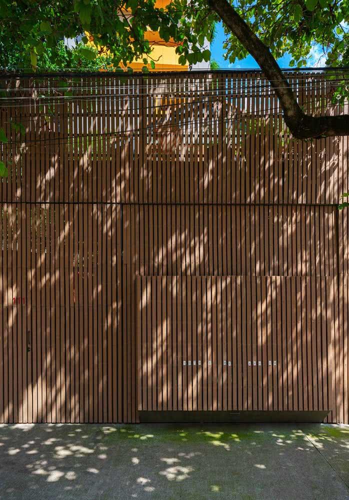 Um portão de madeira acolhedor tem muito mais a dizer do que você imagina