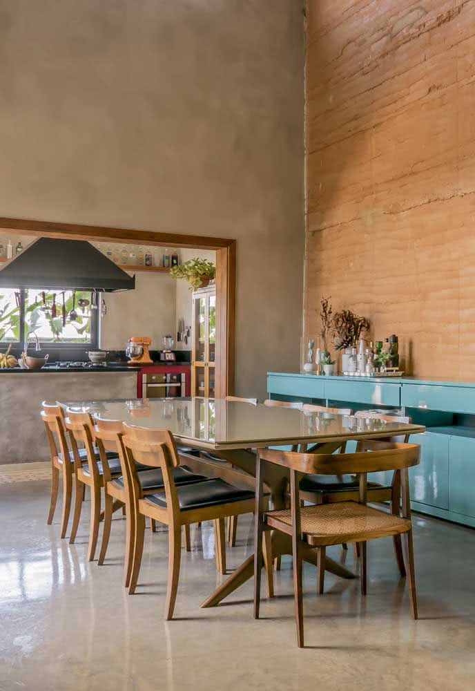 A mesma casa por dentro revela um toque de rusticidade sem perder a elegância