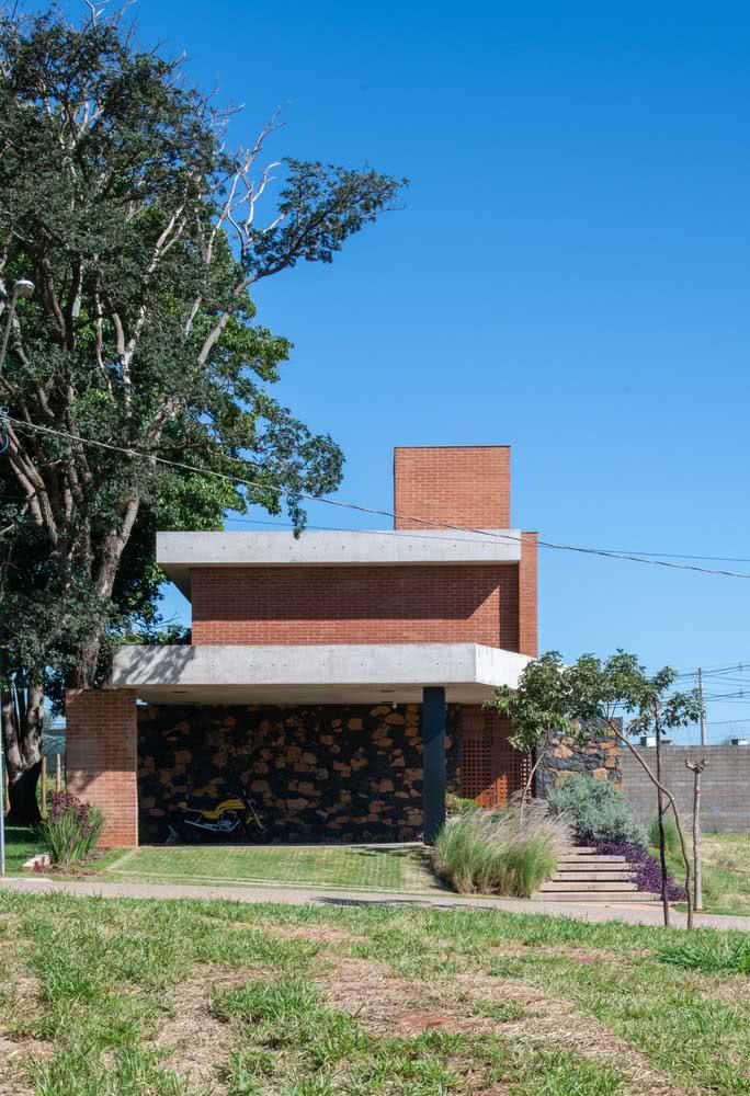 Uma casa por fora cercada de natureza