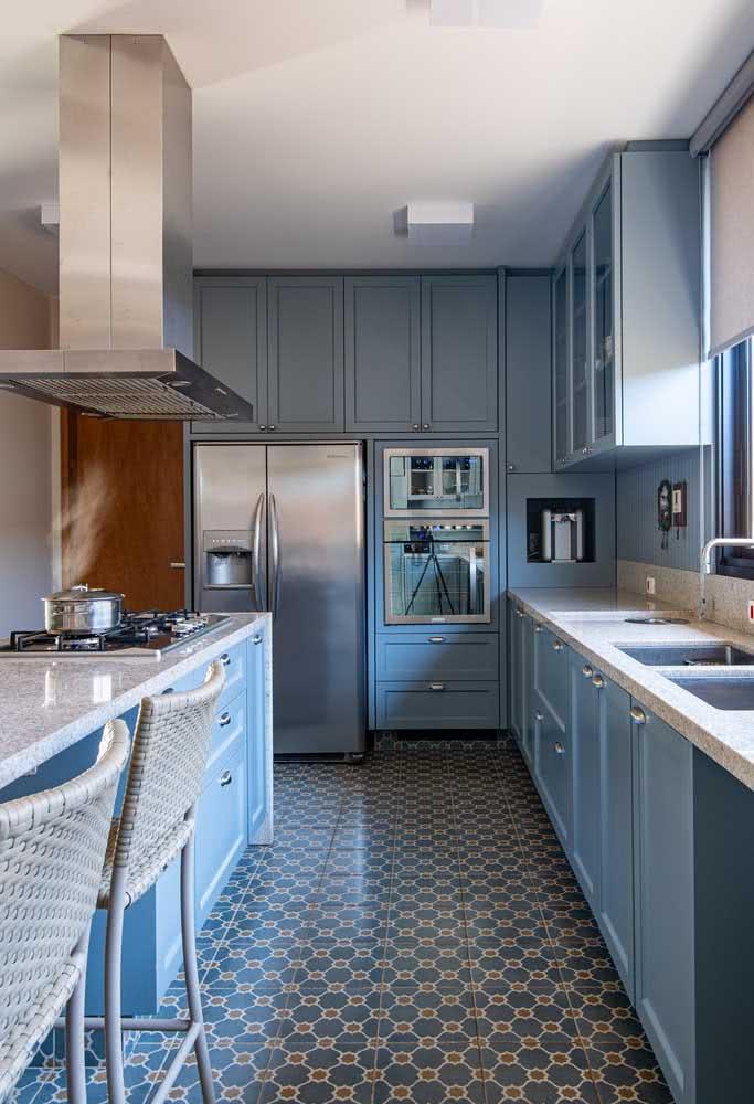 A casa por dentro traz a influência do estilo retro no piso e nos móveis