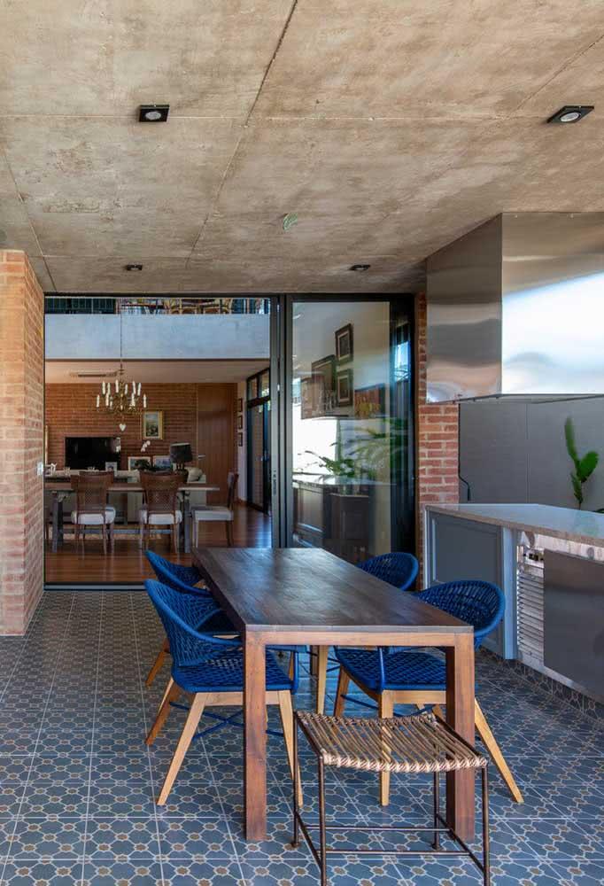 Já na área social, a casa se revela moderna por dentro