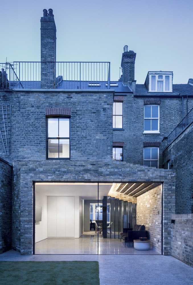 Casa por fora com fachada de tijolinhos