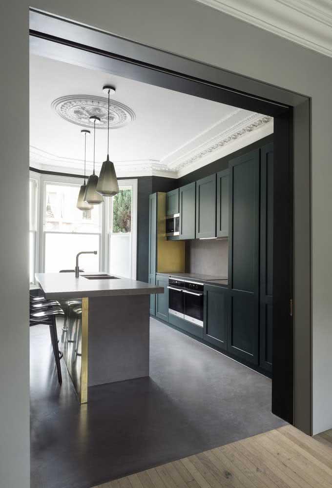 A mesma casa por dentro muda completamente de visual, adotando uma estética clássica e sofisticada