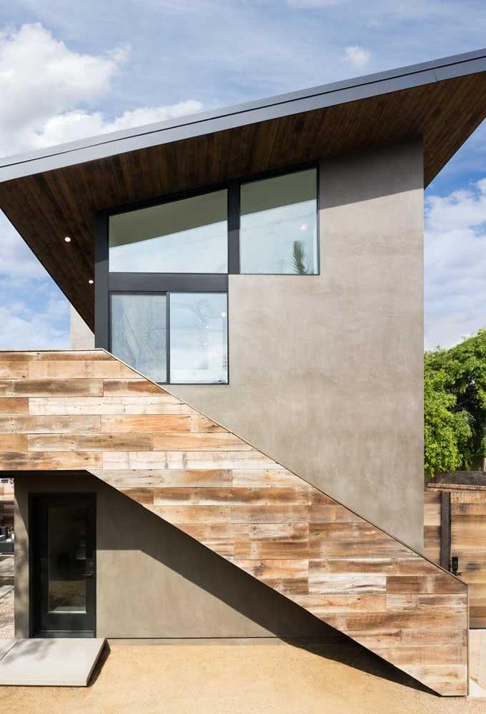 Sobrado moderno visto por fora com destaque para o telhado inclinado