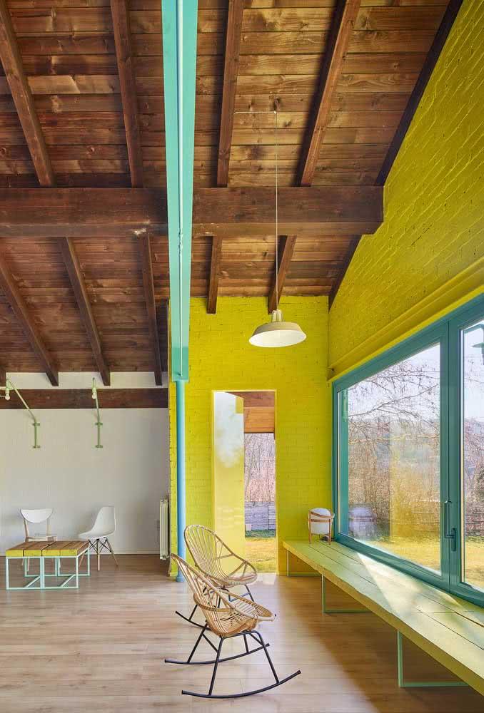 Depois de ver a fachada, o que se espera é uma casa de madeira por dentro