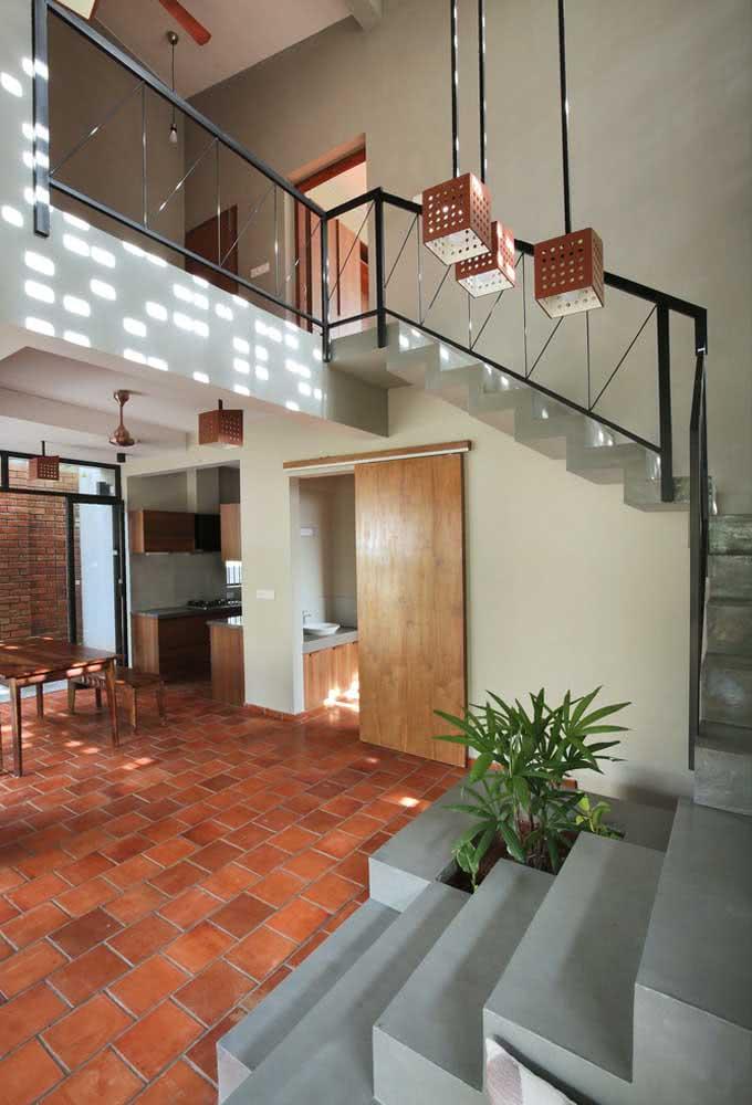 Por dentro, a casa exibe a iluminação suave vinda dos elementos vazados