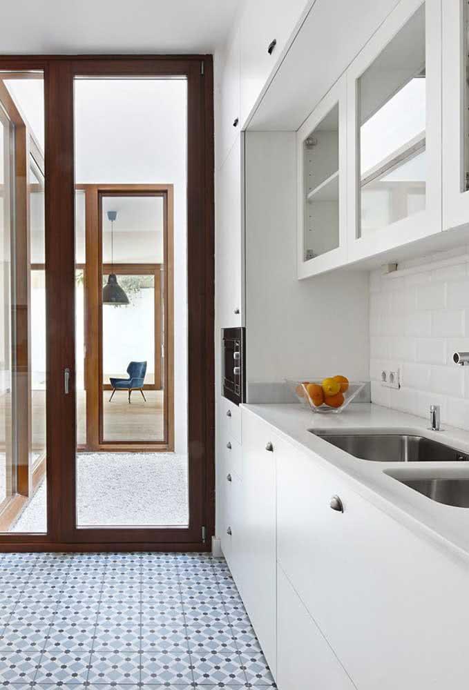 Ao contrário da visão interna que traz uma casa branca e simples por dentro