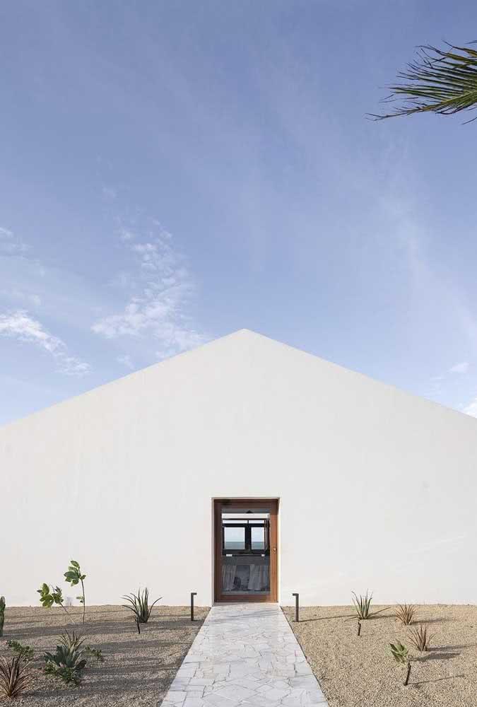 Casa branca por fora em harmonia com o horizonte